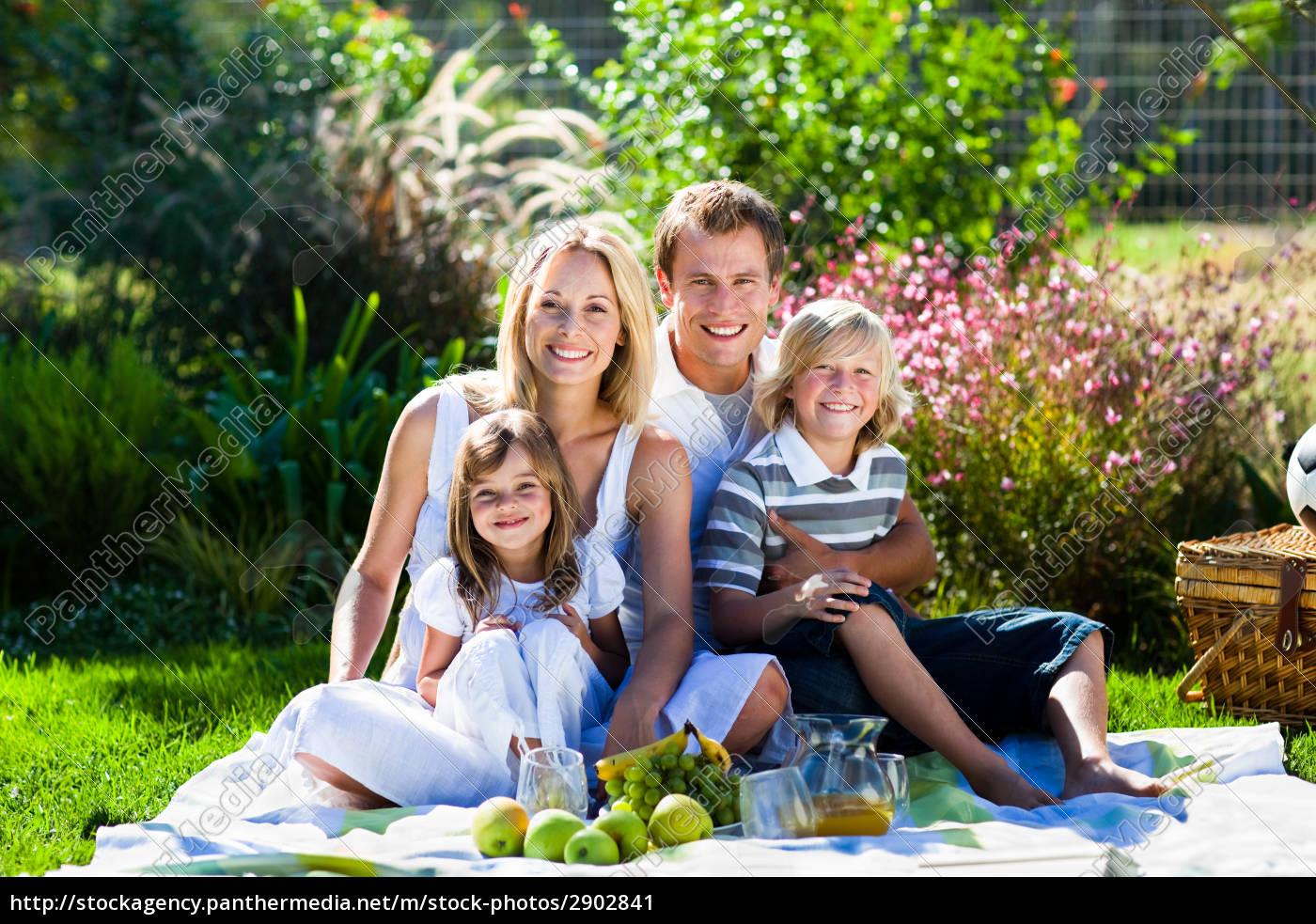 junge familie mit picknick im park lizenzfreies bild. Black Bedroom Furniture Sets. Home Design Ideas