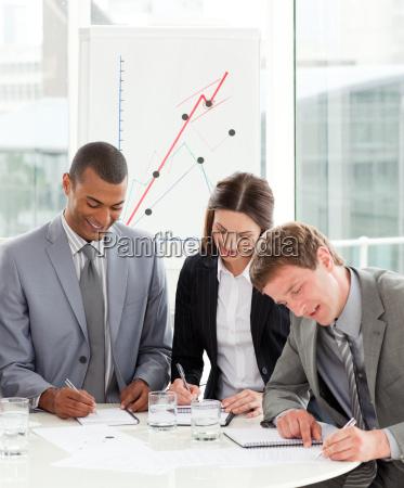 konzentrierte geschaeftsleuten zusammenarbeiten