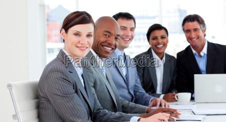 unternehmensgruppe zeigt ethnische vielfalt in einem