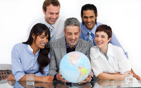 ein business gruppe zeigt die vielfalt