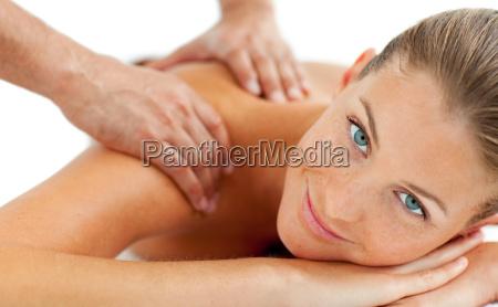 laechelnde frau einer massage
