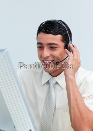 latein unternehmer sprechen ueber headset