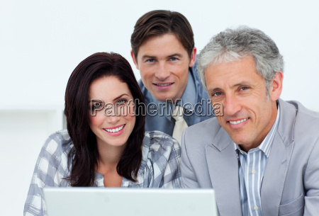 charismatische geschaeftsleute die am computer arbeiten