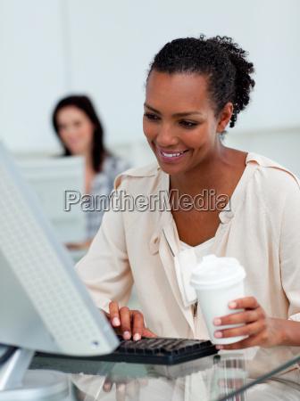 begeisterte geschaeftsfrau trinkt einen kaffee