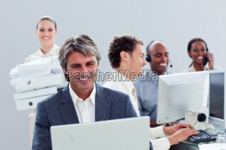 portraet eines laechelnden business teams bei