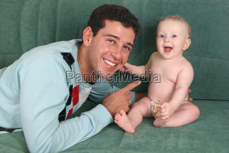vater mit baby auf sofa 2