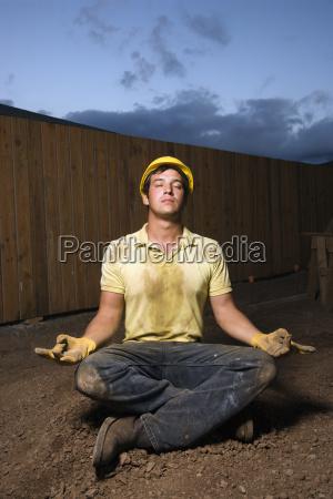 meditierende bauarbeiter