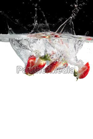 erdbeerstuecke in water