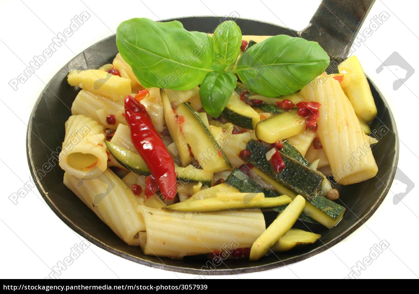 tortiglione, mit, feurigen, chili-zuccini - 3057939