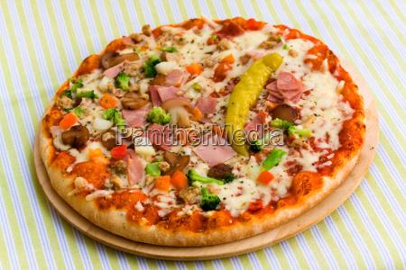 pizza supreme mit mozzarella brokkoli