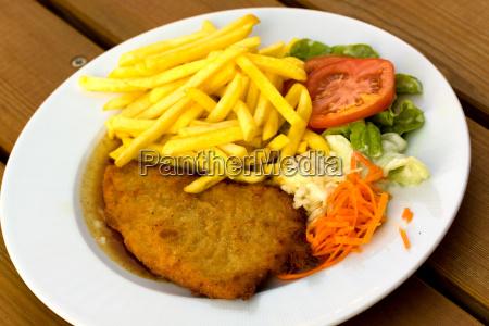 paniertes schnitzel mit pommes frites