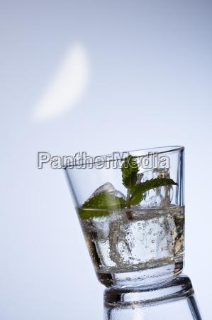 mineralwasser mit eiswuerfel und pfefferm
