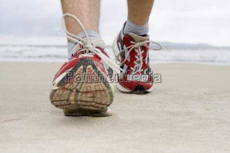 fuesse eines joggers am strnad