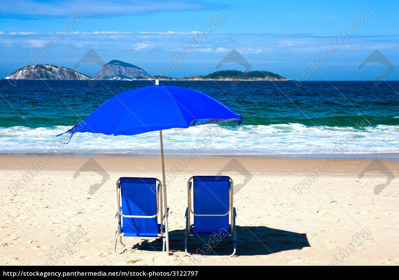 Liegestuhl mit sonnenschirm strand  liegestuhl und sonnenschirm am strand von ipanema - Lizenzfreies ...