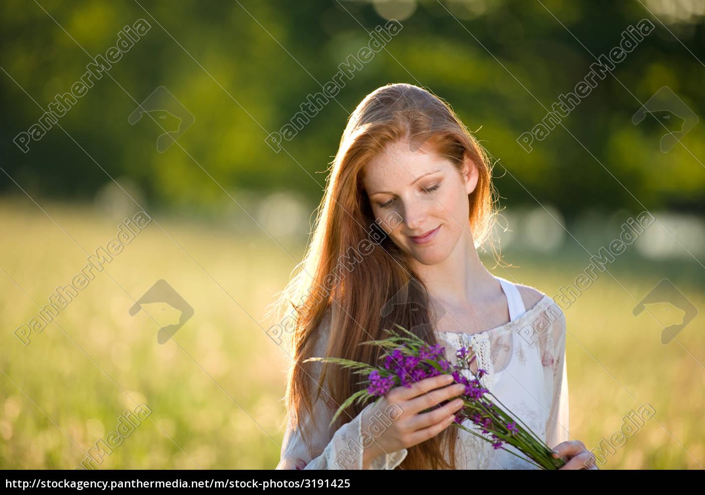 Lizenzfreies Bild 3191425 Lange Rote Haare Frau In Romantischen Sonnenuntergang Wiese