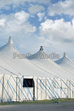 zirkus zelte mit cumulus wolken
