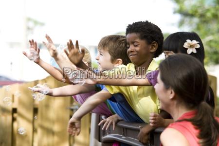 gruppenschule spielt in kindertagespflege