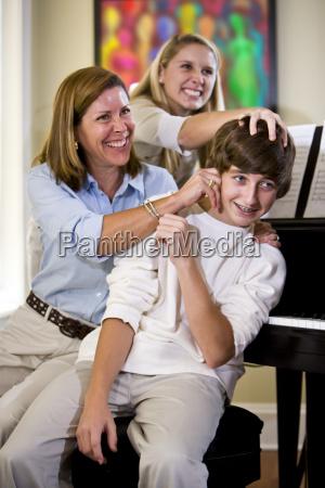 familie necken teenager zu hause
