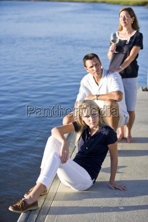 teenie maedchen und eltern auf dock