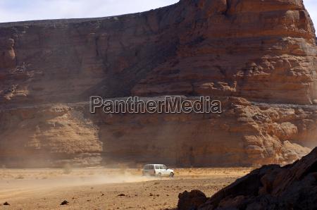 gelaendewagen in einem wadi sahara libyen