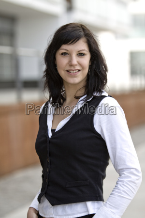 businessfrau vor modernem buerohaus