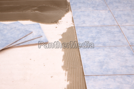 fliesen werden am boden verlegt