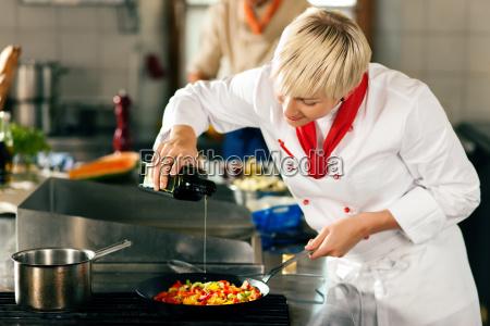 koechin in restaurantkuecke schmeckt ab