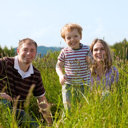 glueckliche familie im sommer
