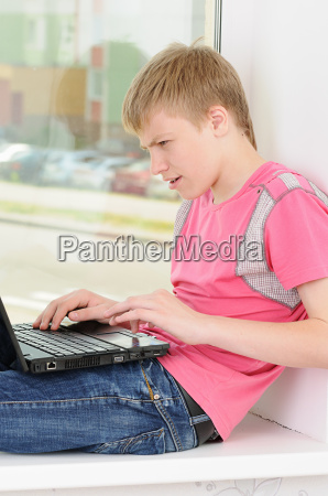 laptop notebook computer jugendlicher teenager teenie
