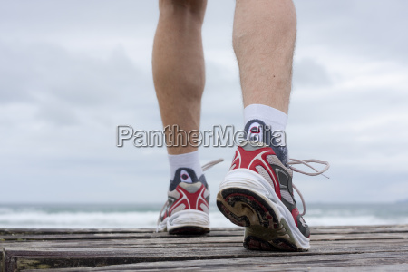 fuesse eines joggers am strand