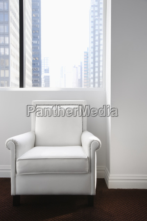 weisses leder stuhl sitzen und ein