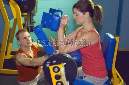 zwei personen an der gymnastik ausarbeitet