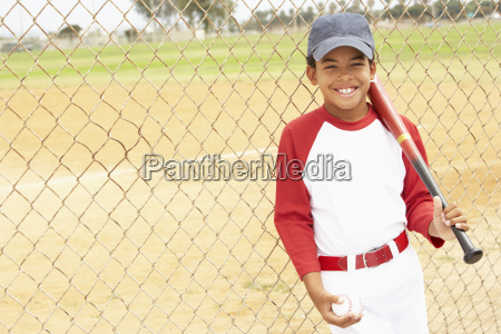 young boy spielt baseball
