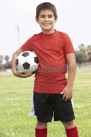 junge im fussball team