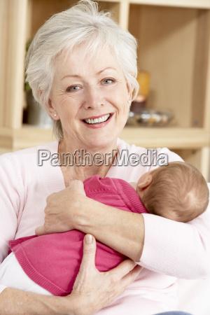 grossmutter kuschelt grossmutter zu hause