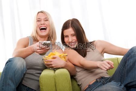 student zwei junge frau fernsehen