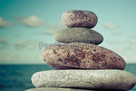 close up von gestapelten steinen am