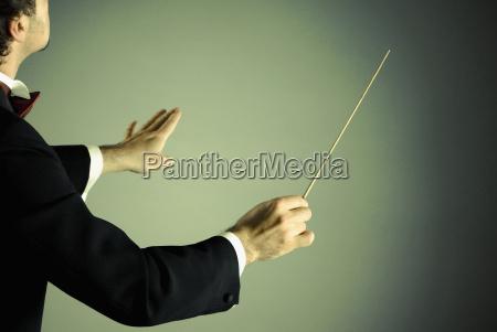 dirigent mit taktstock