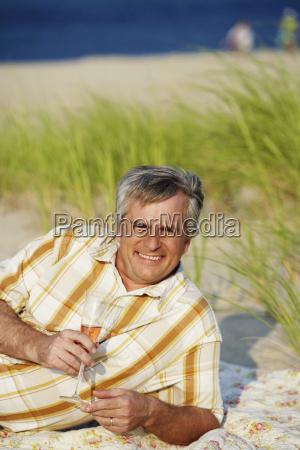 portraet eines reifen mannes am strand