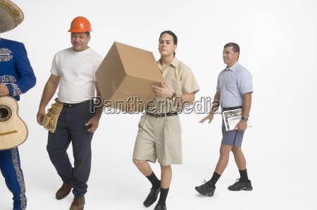 postmitarbeiter lieferarbeiter mariachi und bauarbeiter laufen