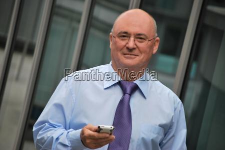 geschaeftsmann mit smartphone