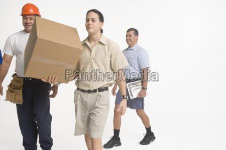 postmitarbeiter lieferarbeiter und bauarbeiter laufen