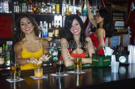 taverna bar risata sorrisi bere cameriera