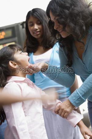 familie in staedtischen umgebung los angeles