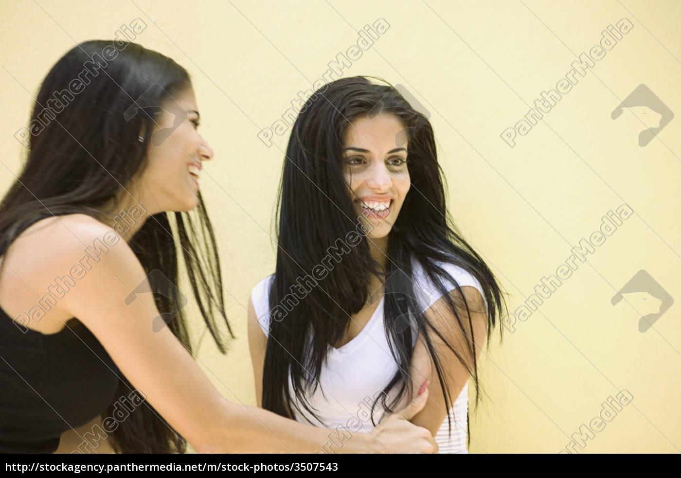 Zwei Junge Frauen Mit Langen Haaren Stockfoto 3507543