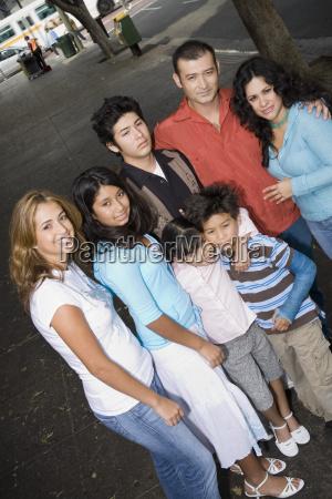 gruppenbild der familie in der staedtischen