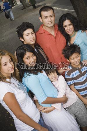 gruppe portraet der familie in staedtischen