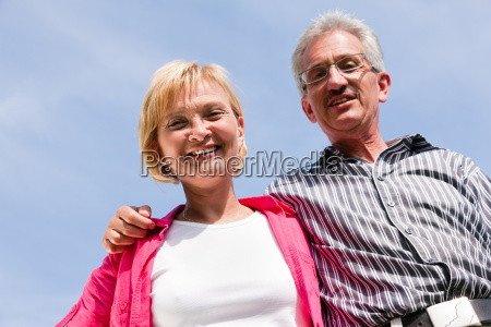 senioren paar vor blauem himmel