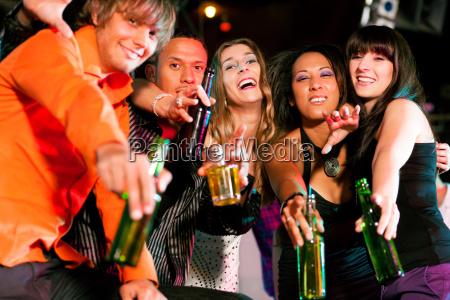 freunde in bar oder disco