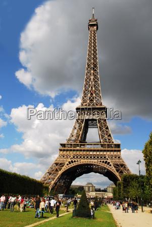 touristen am eiffelturm paris